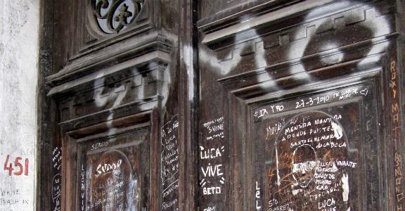 Puerta casa Luca Prodan
